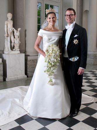 Фото №10 - Платья-близнецы: 15 слишком похожих свадебных нарядов королевских особ