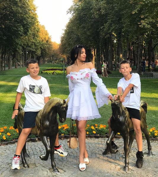 Полина Ололо с сыновьями