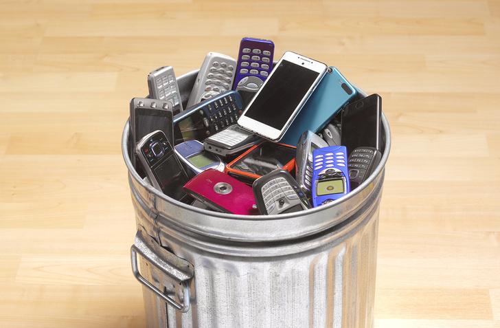 Фото №1 - Почему нельзя выбрасывать старый смартфон и что с ним тогда делать