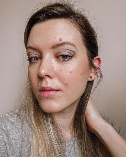 Фото №2 - Креативные стрелки: 10 способов разнообразить макияж глаз