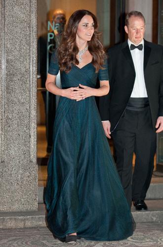 Фото №6 - 15 примеров, когда королевские особы надевали одно и то же вечернее платье несколько раз