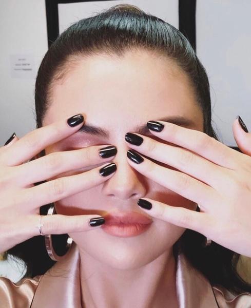 Фото №2 - Черный— новый нюд: Селена Гомес показала, как носить темный маникюр этой осенью