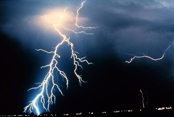 Фото №1 - Ученые вычислили температуру молнии