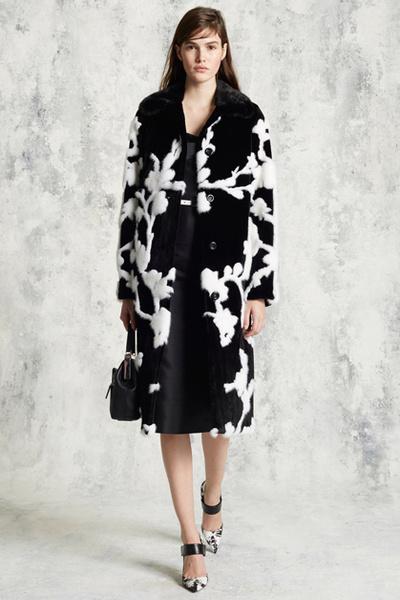 Фото №6 - Тенденция осени: пальто из меха с принтом