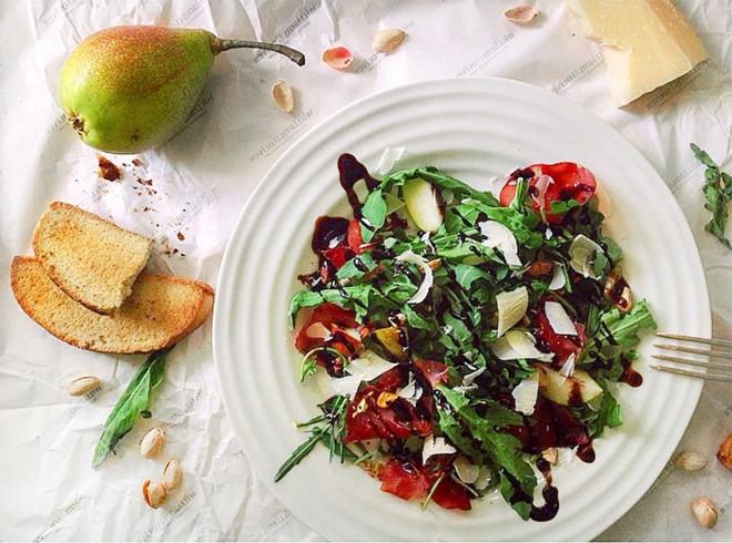 Фото №4 - Легкие и сытные салаты: 8 быстрых рецептов