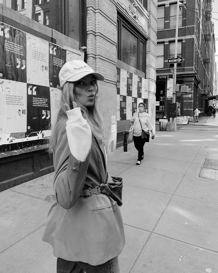Фото №4 - Осенью носите поясную сумку с пиджаком, как это делает Эльза Хоск