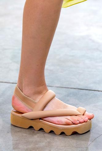 Фото №22 - Самая модная обувь весны и лета 2020: советы дизайнеров