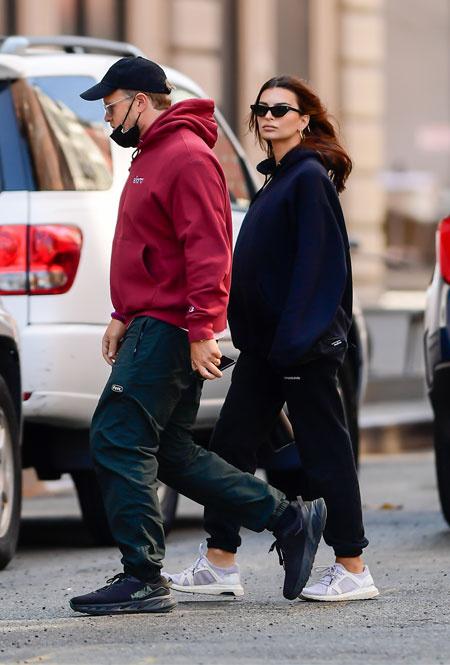 Эмили Ратажковски и Себастьян Бир-Макклард в Нью-Йорке