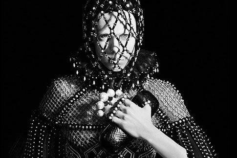 Фото №1 - Черно-белое королевство в кампании Alexander McQueen
