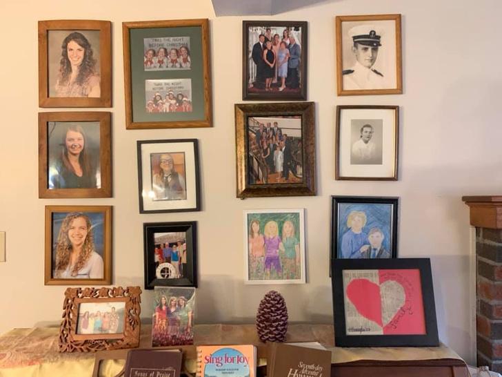 Фото №4 - Дочь каждый день подменяла по одному семейному фото неумелыми рисунками, а родители заметили это только на 11-й день