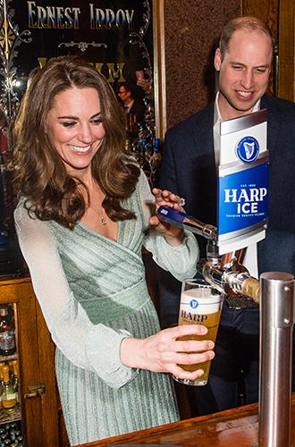 Фото №5 - Герцогиня-бармен: Кэтрин Кембриджская в необычном амплуа на концерте в Белфасте