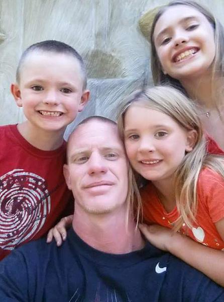 Мэтт и его трое детей. Кирстен— справа внизу.
