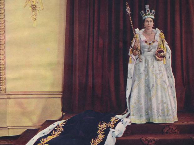 Фото №1 - Рискованный выбор: секрет коронационных туфель Елизаветы II