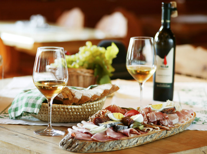 Фото №1 - 10 советов по сочетанию еды и вина от сомелье
