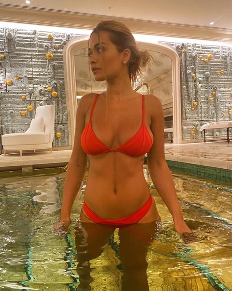 Фото №2 - Рита Ора в красном купальнике показала, как проводить время с пользой