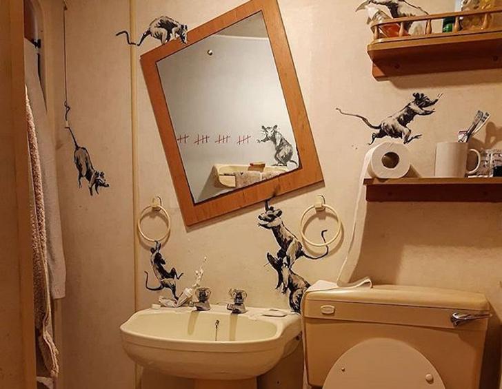Фото №1 - Бэнкси на самоизоляции расписал собственный туалет
