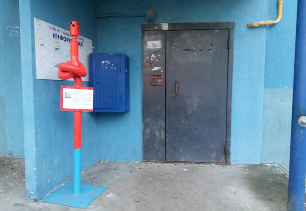 Фото №1 - Самарский водоканал вновь пугает должников, на этот раз завязанными трубами у подъездов (фото)