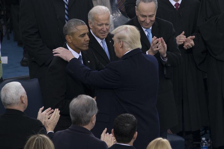 Дональд Трамп (спиной) и Джо Байден (справа от Обамы) на инаугурации Трампа.