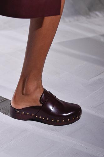Фото №8 - Самая «уродливая» летняя обувь: как клоги вновь стали трендом