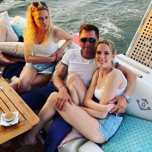 Фото №2 - Пусть Карпович ревнует: Павел Прилучный устроил отдых с сестрами-близняшками