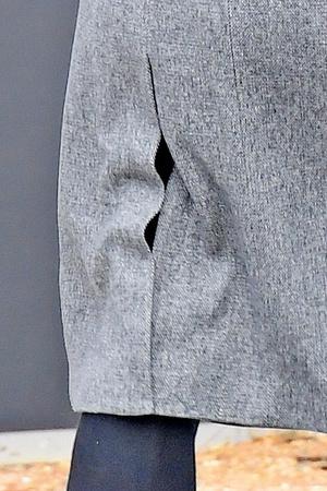 Фото №21 - Ирина Шейк вышла погулять в грязных штанах и «дырявом» пальто