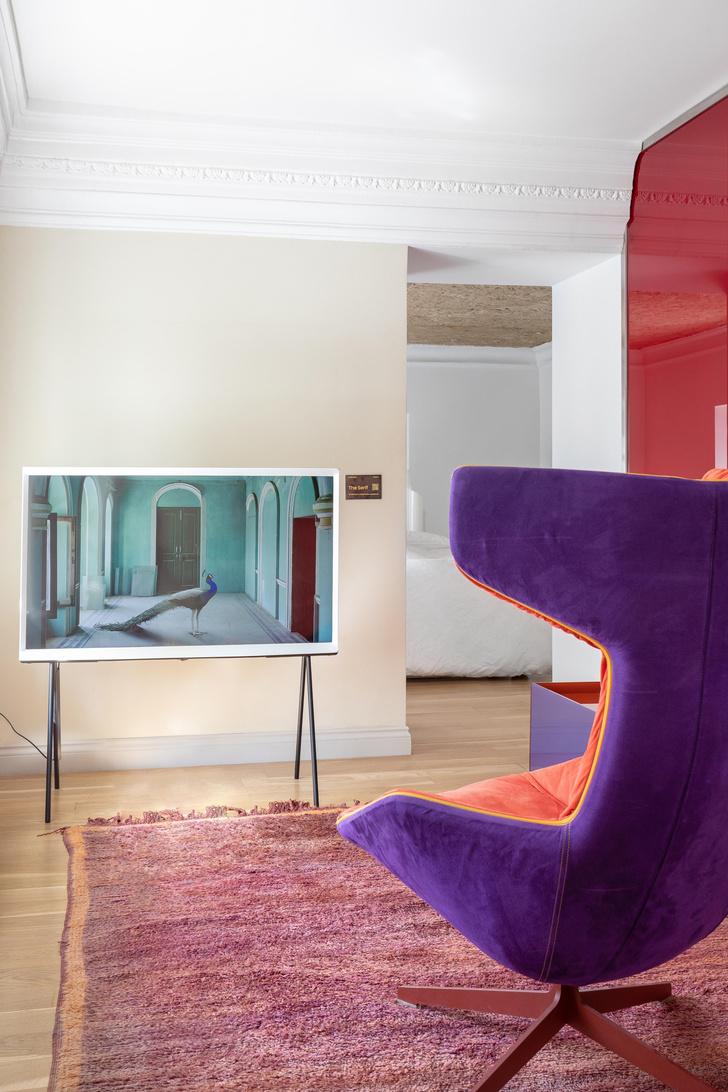 Фото №2 - Телевизор Samsung The Serif в отеле «Рихтер»