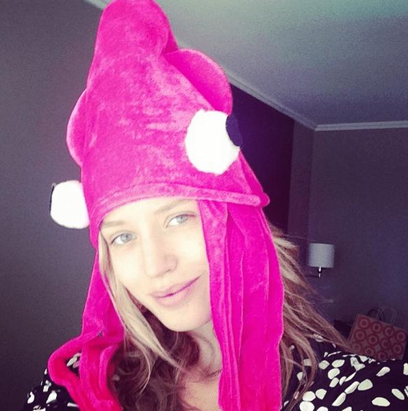 Фото №9 - Звездный Instagram: Знаменитости в забавных париках, масках и костюмах