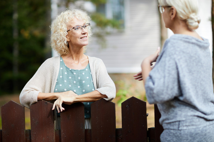 поставить забор на даче: правила и ограничения
