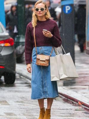 Фото №5 - Как и с чем носить джинсовые юбки этим летом: 5 классных образов для тебя