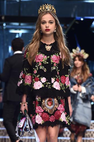 Фото №5 - Голубая кровь на подиуме: наследницы британской короны в показе Dolce & Gabbana