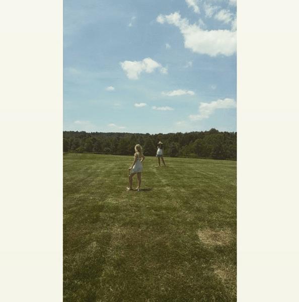 Фото №2 - Звездный Instagram: Знаменитости на лужайке