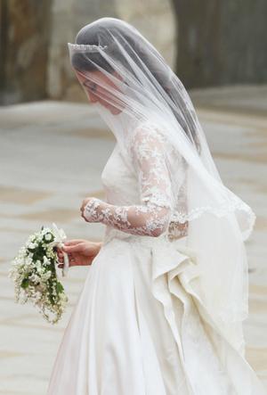 Фото №3 - Трагедия для невесты: почему герцогиня Кейт плакала из-за своего свадебного платья