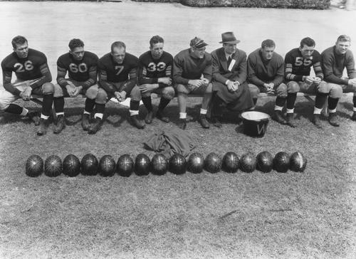 shutterstockСложно найти столь же популярную игру, как футбол. Недаром его называют спортом миллионов. Родиной современного футбола считается Англия, хотя множество других стран убеждено, что именно они были истинными «предками» этой игры, правда, носившей в далекие времена совсем иные названия. Так, в захоронениях египетских фараонов, относящихся к II — III тысячелетию до нашей эры, были найдены мячи для подобной игры. Китайцы в тот же период играли в целых три схожих с футболом игры — дзу-ню, чжу-чу и цу-цзюй. В древней Греции эта игра называлась эпискирос, фе-нинда, гарпанон, в Риме — гарпас-туп. В Японии в VI веке была также очень распростанена игра в мяч — кемари. И это еще далеко не полный список «истцов».