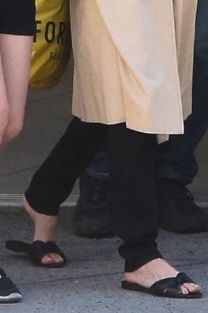 Фото №3 - Джоли надела сандалии, в которых невозможно и шагу ступить