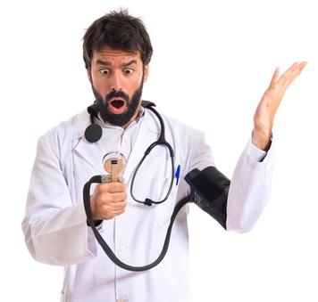 shutterstockВолнение — это эмоциональная сторона реакции на предстоящую опасность или испытание, исход которого заранее неизвестен. У животных, в том числе у предков человека, такие ситуации обычно требуют физических действий: схватки, бегства. Для этого надо привести организм в «полную боевую готовность», в частности обеспечить бесперебойное кровоснабжение мышц и других тканей, нагрузка на которые скоро резко возрастет. Поэтому в минуту волнения вегетативные отделы нервной системы повышают артериальное давление, увеличивая интенсивность кровотока.