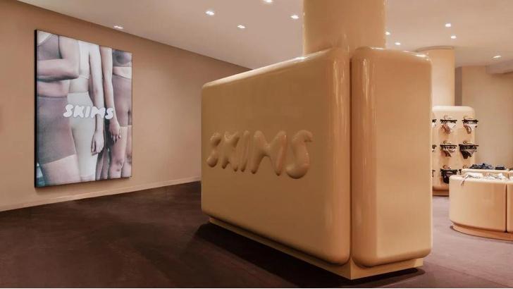 Фото №1 - Поп-ап бутик Ким Кардашьян в Париже
