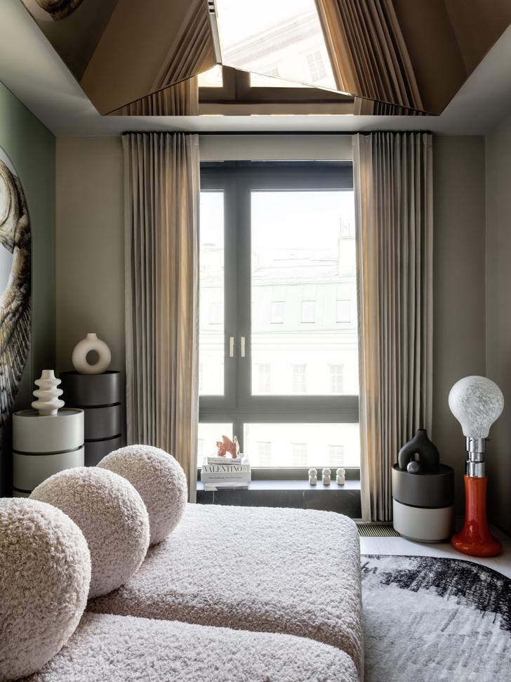Фото №5 - Дизайнерский интерьер с росписью и зеркальным потолком в Москве