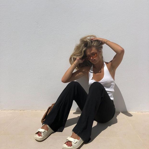 Фото №3 - Разбавляйте черно-белые образы цветными аксессуарами, как это делает инфлюенсер Ханна Шонберг