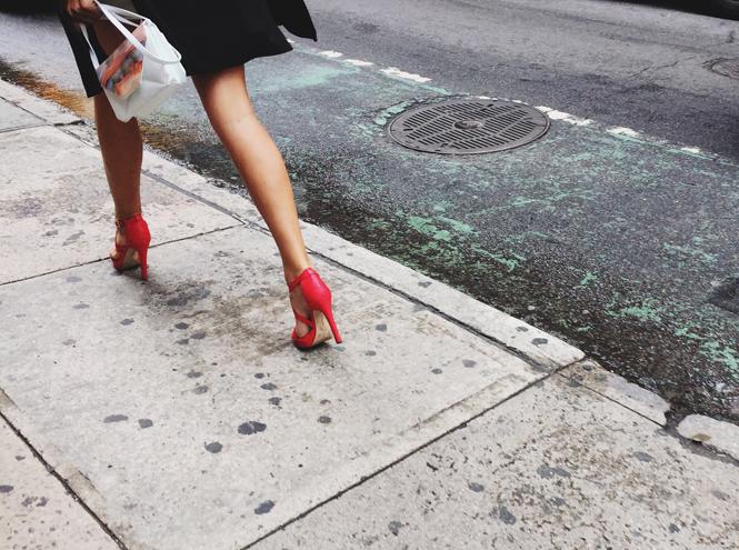 Фото №1 - На что готовы женщины ради высоких каблуков?