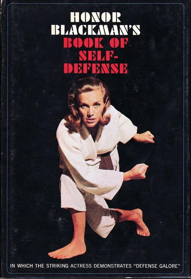 Фото №3 - Одна из первых книг для женщин по самообороне была написана девушкой Бонда. Заглянем внутрь