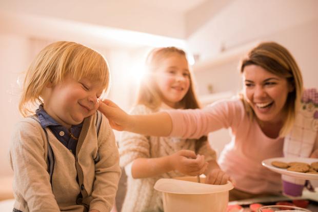 Фото №2 - «Милая агрессия»: почему нам так нравится тискать детей