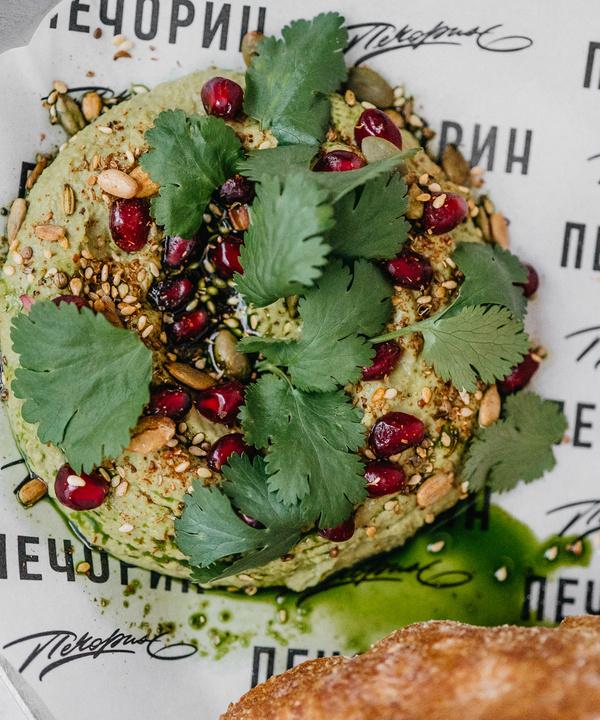 Полезный перекус: зеленый хумус с мятой, кинзой и семечками