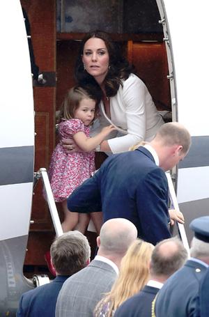 Фото №4 - Принцесса Шарлотта и принц Джордж: первые фото из Польши