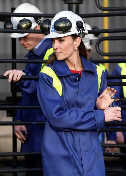 Фото №2 - Кейт Миддлтон оделась как заводской рабочий