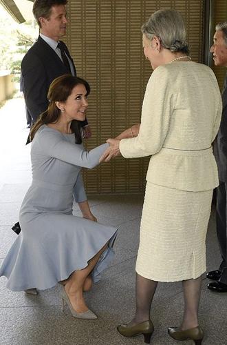 Фото №31 - Искусство реверанса: как современные принцессы и королевы приветствуют друг друга