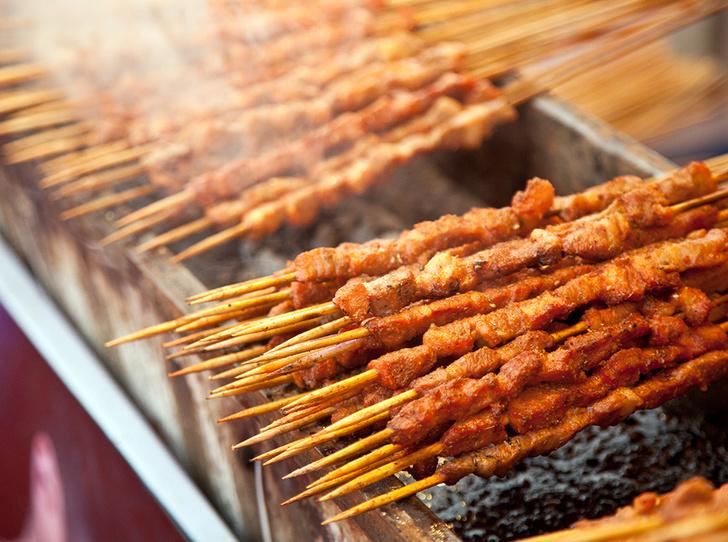Фото №2 - Йерк, сувлаки, браай: как едят шашлык в разных странах
