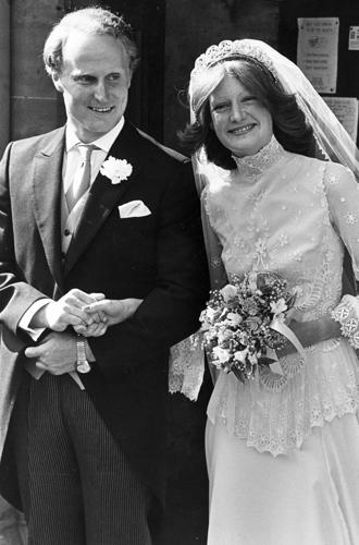 Фото №6 - Какую тиару Елизавета II одолжит Меган Маркл на свадьбу: делаем ставки