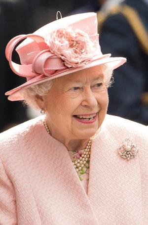Фото №26 - Как отличить Королеву: каблук 5 см, сумка Launer, яркое пальто и никаких брюк