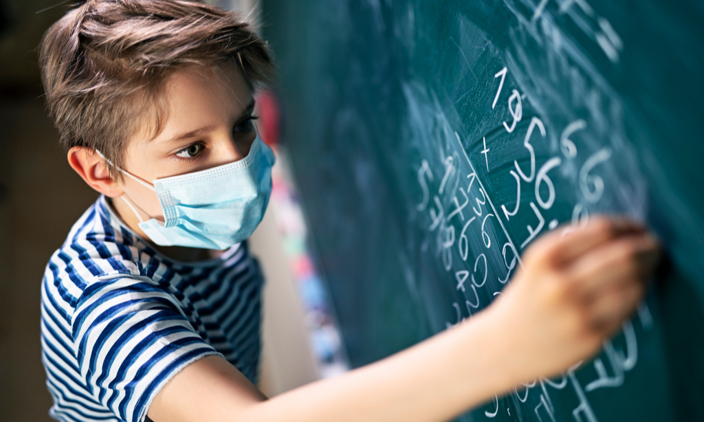 Снова в школу: придется ли детям носить маски в классе