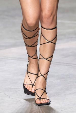 Фото №25 - Самая модная обувь весны и лета 2020: советы дизайнеров
